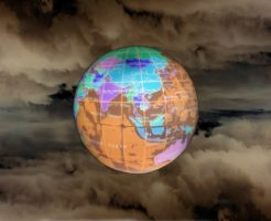 暗い雲の中の地球