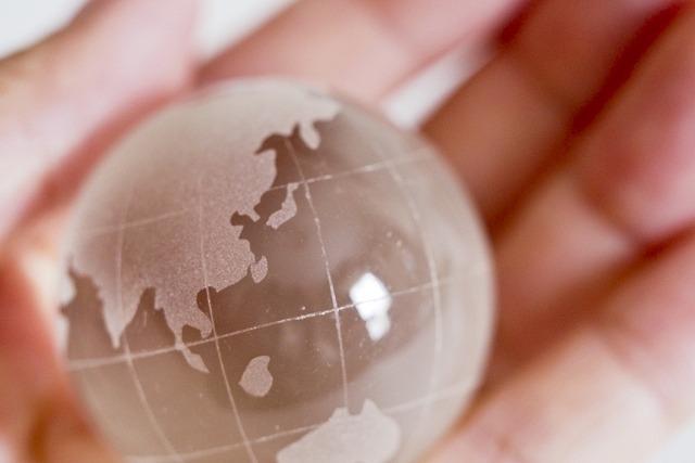 手の平の上にあるガラスの地球