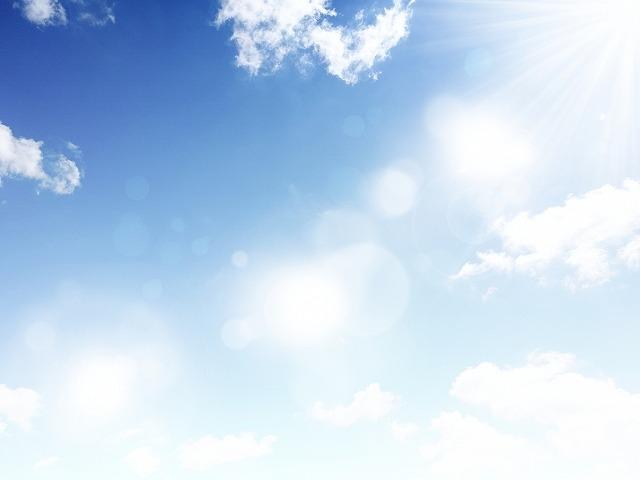 光り輝く青空