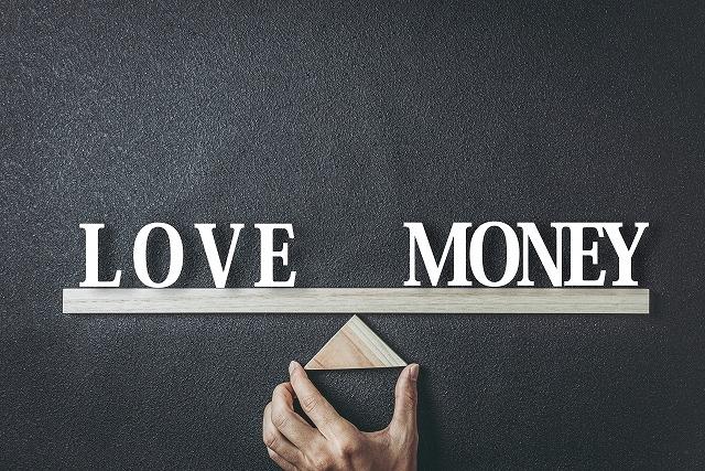 愛とお金を天秤にかける様子